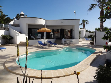 Private Rooms with ensuite bathroom, Independent Entrance, Free WiFi and access to the pool of the villa